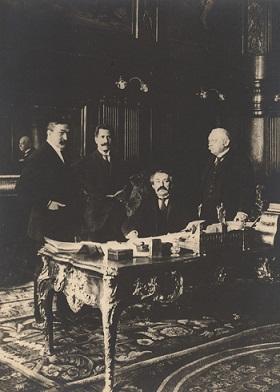 Aristide Briand, Théodore Tissier et Philippe Berthelot, directeurs de cabinet, Jules Cambon, Secrétaire général, 1916 [le rôle de P. Berthelot].